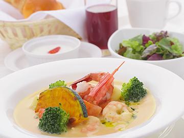 昼食は近隣ホテルでの食事券かグルメカードどちらか選択できます。