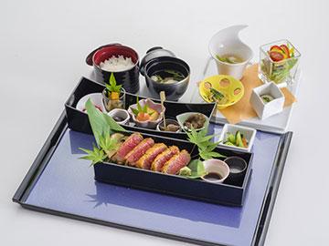 昼食は病院より車で3分の四季彩MIZUNO様で庭園を眺めながらの優雅な御膳ランチをお召し上がり頂けます。<br /> ※写真は「信州牛レアカツ御膳」